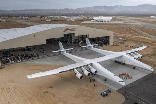 Stratolaunch: самый большой самолёт в мире совершил первый полёт